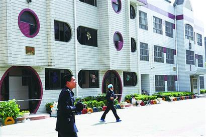 ■4月29日,泰兴市警方人员在江苏省泰兴市泰兴镇中心幼儿园内勘察现