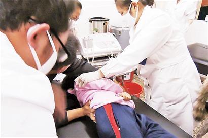 小学生 勐海县/■12月26日晚,小学生在勐海县人民医院接受治疗。