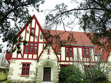 屋面采用不对称多折坡设计,红瓦铺设的屋顶错落有致,整座别墅层次分明图片