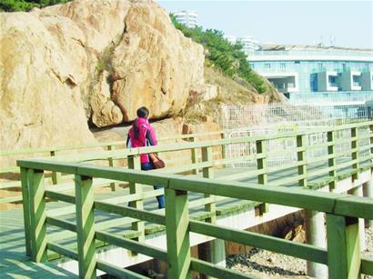 铁栅栏阻断海边木栈道