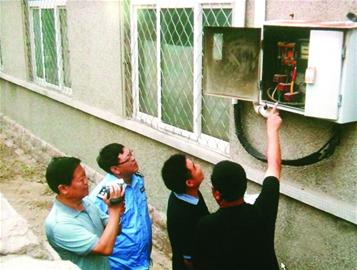 一些老式的居民小区,目前还没有安装一户一表,一旦发现有居民暗中窃电