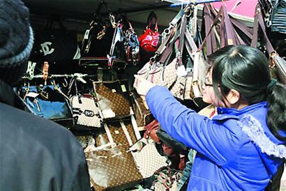 a假货假货lv包成了地摊货商贩承认是品牌还说不巨超视频龙图片