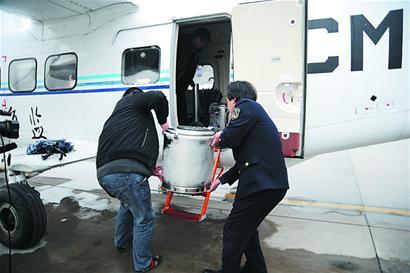 运12飞机降落后,地面后勤人员就开始作业