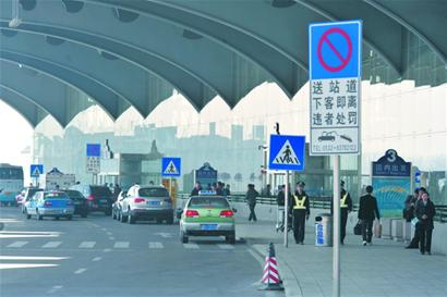 在青岛国际机场候机楼二楼门前的马路上