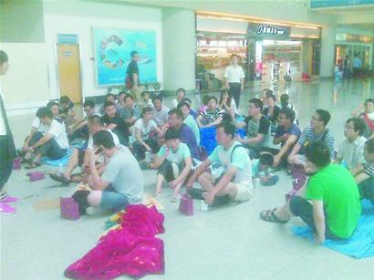 飞机延误七小时乘客睡候机厅南航不安排住宿55人拒