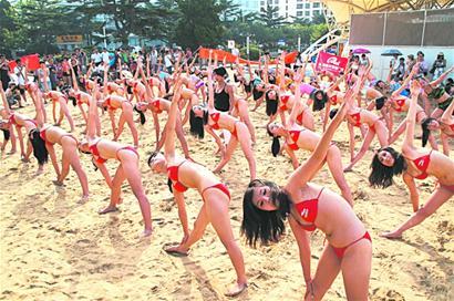 沙滩比基尼瑜伽传爱心