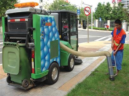 路上跑着真人版 变形金刚 原来是新环卫机械扫地车