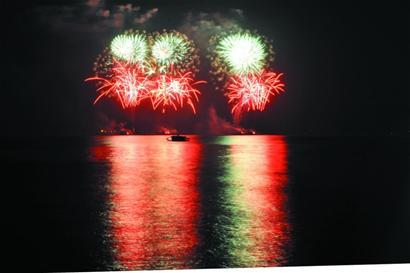 """海上升起""""笑脸""""映红岛城夜空焰火造型与奥运开幕式一个样"""