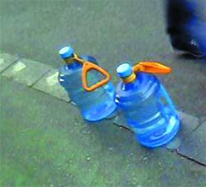 拆下公交拉手提起大桶水