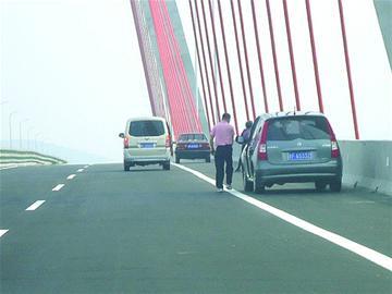 昨天,连接烟台海阳和青岛即墨的丁字湾跨海大桥正式通车,车辆通