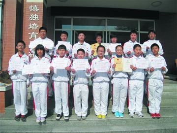 青岛超银中(小)学评选出2012年学校十大新闻学雷锋