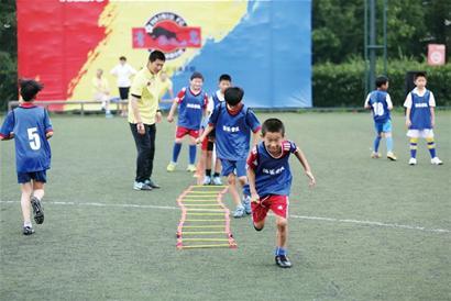 报纸做足球diy图片步骤