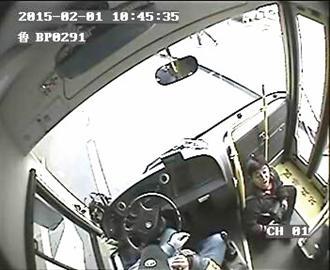不让下公交 抢拔车钥匙