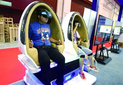 体验者只要坐上模拟的飞机驾驶舱,戴上头盔就好像进入了飞机驾驶舱
