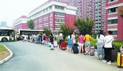 而火车站,飞机场大多集中在市区,每逢寒暑假,学生集中返乡,公交车挤不