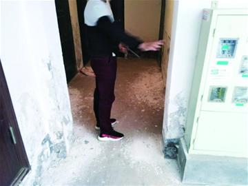 胶州京都名苑小区居民不满房屋质量 自建微信群 晒图吐槽闹心房