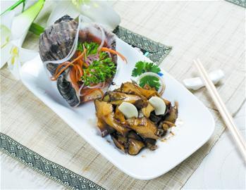 """此外这里的""""全家福""""饺子有墨鱼,虾仁,海肠,鲅鱼,牛肉5种口味,39元一盘"""