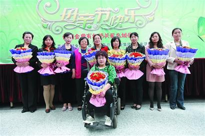 48岁的母亲郑爱云,20多年来不但把智障的儿子培养教育成世界特奥会的