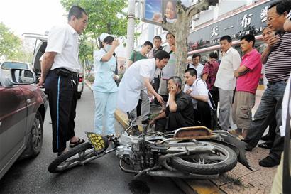 出租车门一打开摩托车迎头顶上