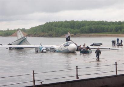 迫降时,飞机已部分解体