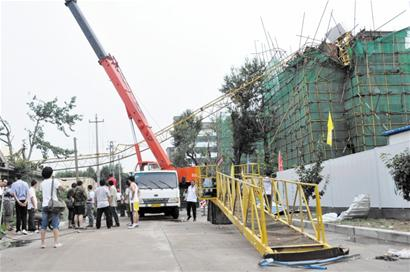 11级风吹倒塔吊砸死两民工
