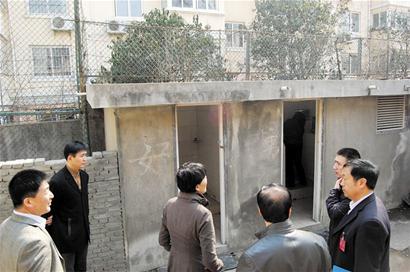 """""""青岛卫校校长李智成答复说,对此市政协委员印萍表示很满意."""