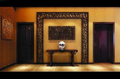 古典造型的中式沙发按左右对称的形式摆放,与电视背景墙的木雕装饰遥