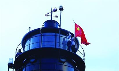 """""""青岛航标处管辖灯塔9座,其中5座有人值守,朝连岛灯塔是其中一座."""