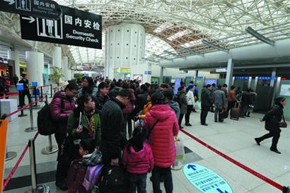 青岛火车站一天旅客进进出出5万多人次