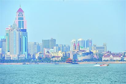 百年历史的团岛灯塔,看造型时尚的青岛邮轮母港,观交通繁忙的大港码头