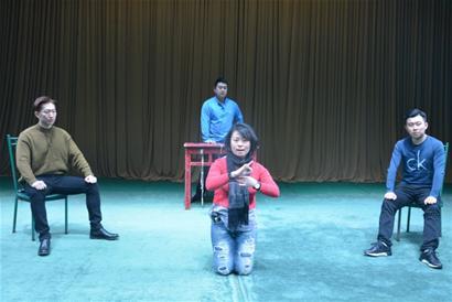 伴奏由青岛市京剧院乐队的优秀青年演奏员赵成,梁志鹏,赵伟,梁秀秀